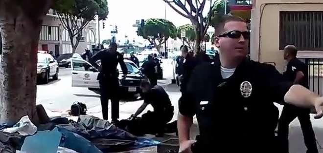 """LOS ÁNGELES. EE.UU. """"Tira el arma"""", se escucha gritar, antes de que se oigan varios disparos y que transeúntes pidan auxilio. Fotos: captura de video"""