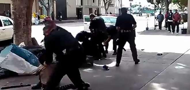 """LOS ÁNGELES. EE.UU. """"Tira el arma"""", se escucha gritar"""