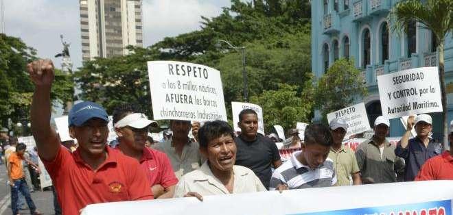 GUAYAQUIL, Ecuador.- Los manifestantes avanzaron a lo largo del malecón Simón Bolívar hasta la Gobernación del Guayas Fotos: API