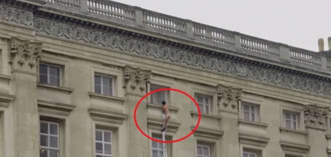 Captan a un hombre desnudo saliendo del Palacio de Buckingham