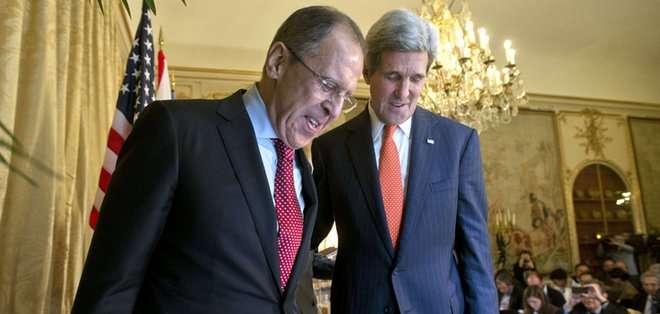 BRUSELAS. Antes del inicio de la reunión en un hotel de lujo en Ginebra, Kerry y Lavrov se dieron brevemente la mano delante de los fotógrafos y las cámaras de televisión, sin hacer declaraciones. Fotos: AFP