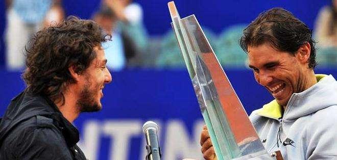 Mónaco (izquierda), junto al campeón de Buenos Aires (Foto: EFE)