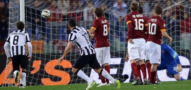 Tévez anotó el gol de la Juve de tiro libre. Foto: AFP.