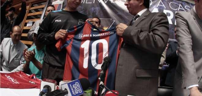 Saritama junto al presidente del Quito, Joselito Cobo. Foto: API.