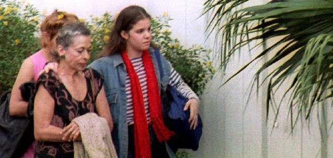 En la gráfica de 1993 se aprecia a Natalia Revuelta en compañía de su nieta, hija de Alina, en unas de las pocas imágenes que se tienen de ella.