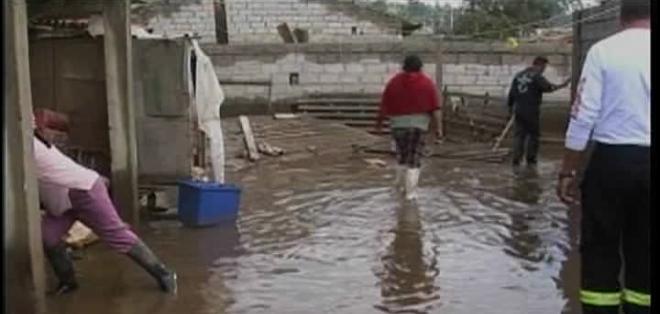 La lluvia sorprendió a los habitantes del barrio Calicanto, quienes vieron ingresar el agua a sus casas sin tener tiempo para salvar sus bienes.