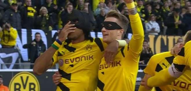 """Marco Reus fue el """"Robin"""" que acompañó a """"Batman"""" en su celebración."""