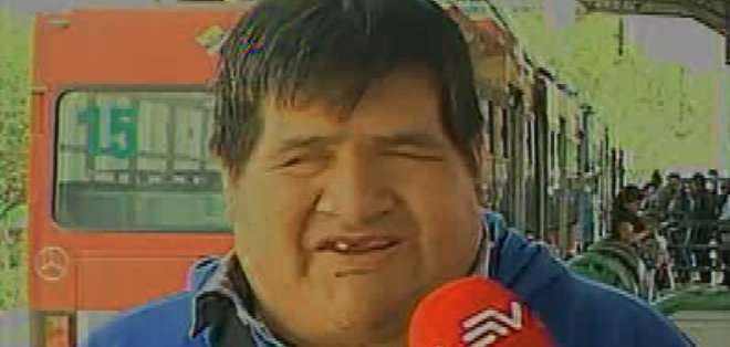 Rodrigo Lamiña es una persona con discapacidad visual y uno de los integrantes del coro 'Voces y Susurros'. Él trabajó hace dos años cantando en los buses, antes de ser contratado en el coro.