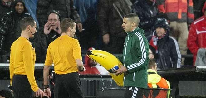 Los aficionados llevaron bananas inflables al estadio de Feyenoord. Foto: EFE.
