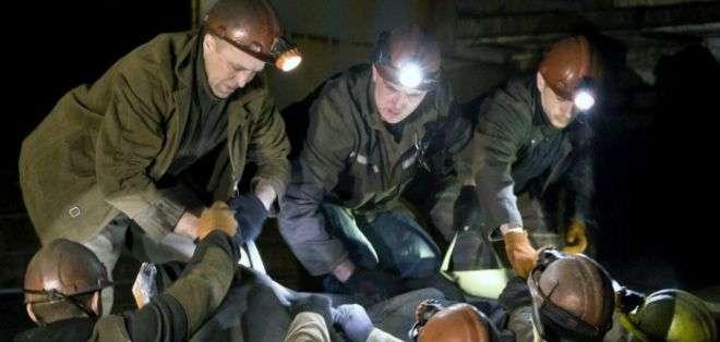 Mineros en Donetsk recuperan los cuerpos de sus colegas, tras la explosión que dejó más de 30 muertos.
