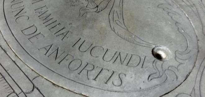 Superficie del panteón familiar de Francesco del Giocondo, marido de Lisa Gherardini, situado a espaldas de altar mayor de la basílica de la Santísima Anunciación. Fotos: EFE