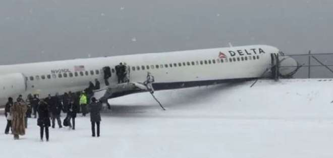 Las imágenes muestran parte del avión trepado a un terraplén y su trompa encajada en una verja.