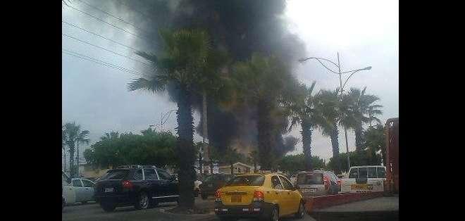 GUAYAQUIL, Ecuador.- El siniestro se registra en la avenida Francisco de Orellana, a la altura de la ciudadela El Cóndor. Fotos: Bomberos de Guayaquil