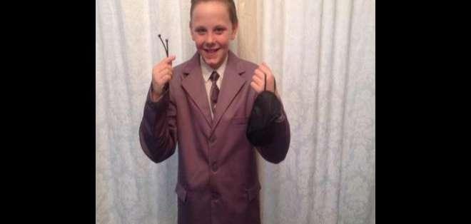 El niño de 11 años se vistió con un traje gris y un antifaz.