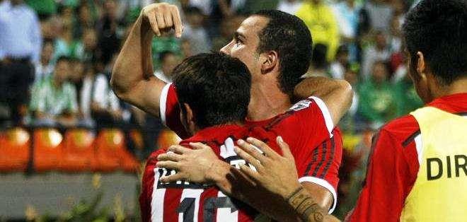 Leonardo Jara (c-atrás) de Estudiantes de La Plata celebra tras anotar un gol ante Nacional (Foto: EFE)
