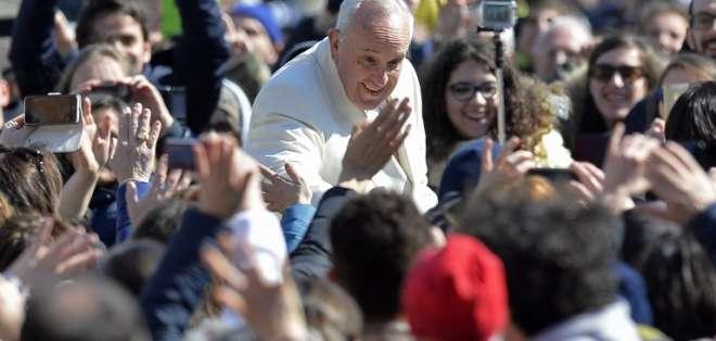 El trabajo aborda desde la pasión del Papa por el fútbol y el club San Lorenzo, pasando por su deleite por la música y la literatura y su amistad con el escritor Jorge Luis Borges. Fotos: AFP
