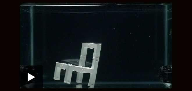 La silla que se construye a sí misma en el agua