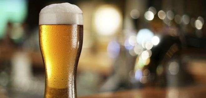 La cerveza helada es una de las bebidas más populares del mundo.