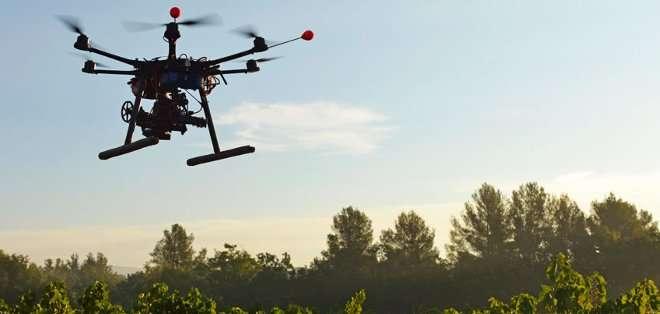 SUIZA. Tres periodistas de la BBC fueron detenidos en febrero por hacer volar un avión teleguiado en una zona restringida. Fotos: Archivo