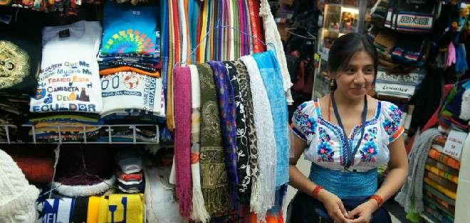 GUAYAQUIL.-Jessica Montalvo labora en el Mercado Artesanal de Guayaquil.
