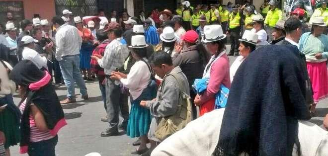 AZUAY, Ecuador. A través de esta tasa se recaudan siete millones y medio de dólares que son destinados para el mantenimiento vial de las parroquias. Fotos: Twitter Prefectura de Azuay