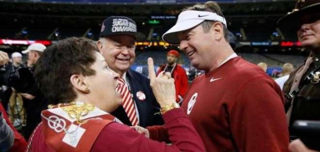 El presidente de la Universidad de Oklahoma, David Boren (izq), con el entrenador Bob Stoops, de los Oklahoma Sooners, en Nueva Orleans (Luisiana, EEUU), el 2 de enero de 2014. Foto: AFP