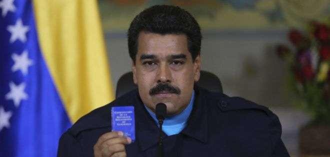 El mandatario venezolano mostró un ejemplar de la Constitución durante su discurso.
