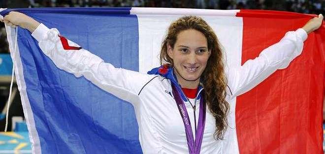 Fotografía de archivo tomada el 29 de julio de 2012 que muestra a la atleta francesa Camille Muffat tras ganar la medalla de oro en los 400m estilo libre en los Juegos Olímpicos de Londres (Foto: EFE)
