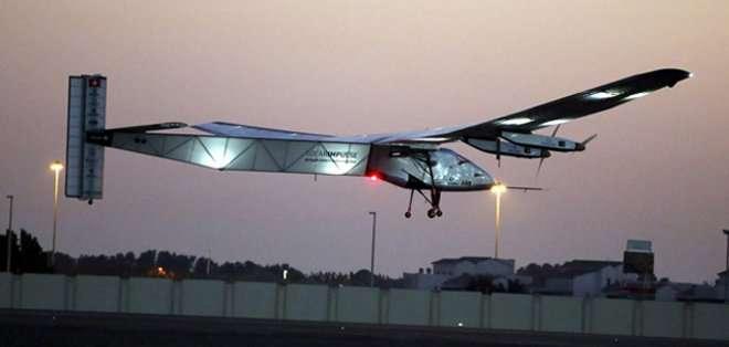 El avión, revolucionario porque sólo funciona con energía solar, estuvo pilotado por el suizo Bertrand Piccard, de 57 años, promotor del proyecto.