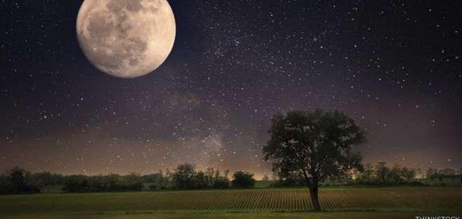 La Luna se aleja de la Tierra unos 4 centímetros por año.