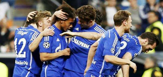Los jugadores del Schalke celebrando uno de los goles en el partido ante el Real Madrid (Foto: EFE)