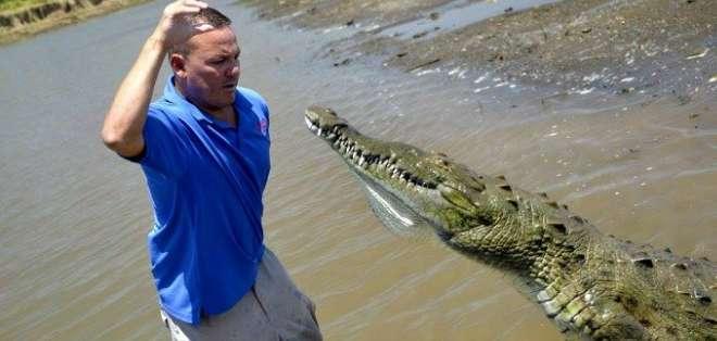 Jason Vargas es guía de Crocodile Man Tour, en donde los turistas pueden obesrvar cocodrilos. Foto: AFP