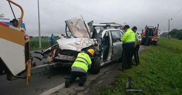 ECUADOR.- La hipótesis de los agentes es que el conductor de un auto invadió carril, impactando con un bus. Fotos: redes sociales