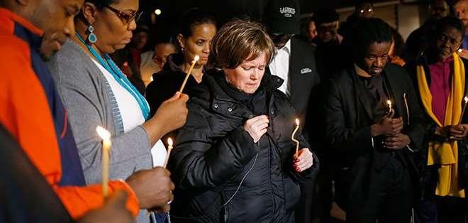 FERGUSON. Un centenar de jóvenes manifestantes se congregaron el jueves por la noche frente a la comisaría de Ferguson, coreando consignas y bloqueando por momentos la calle principal. Fotos: Archivo