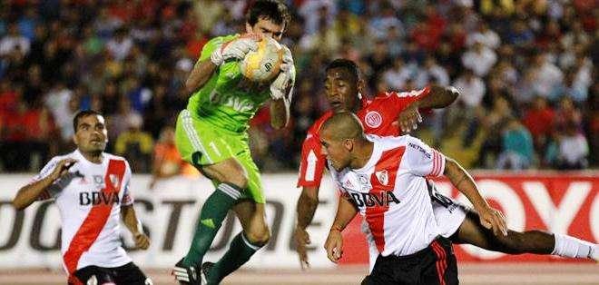 Marcelo Barovero (c), arquero del River Plate atrapa el balón ante Luis Tejada (d-atrás) del Juan Áurich (Foto: EFE)