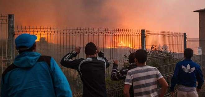 """CHILE.- """"El incendio está contenido, pero no controlado"""", dijo director de Onemi.  Fotos: EFE"""