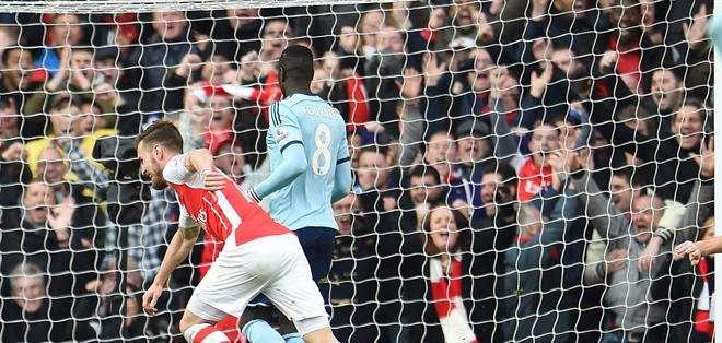 INGLATERRA.- Arsenal tiene cuatro puntos de ventaja frente a Manchester United.  Fotos: EFE.