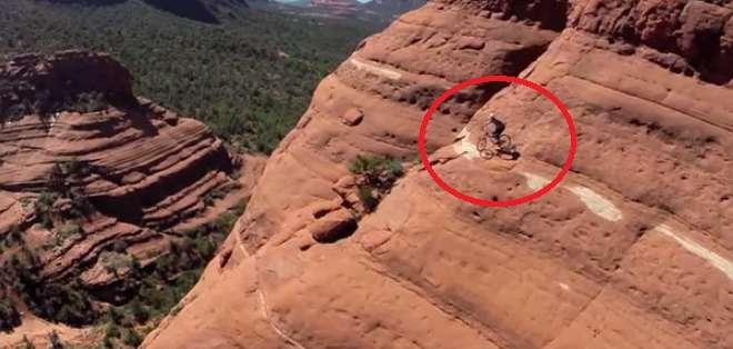 EE.UU.- El deportista temerario Michal Kollbek subió a la llamada 'White Line' en Arizona. Fotos capturadas del video