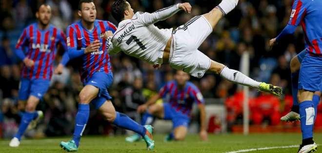 ESPAÑA.- El Real Madrid ganó este domingo al Levante (18º) por 2-0, siguiendo por un punto al Barcelona. Fotos: EFE