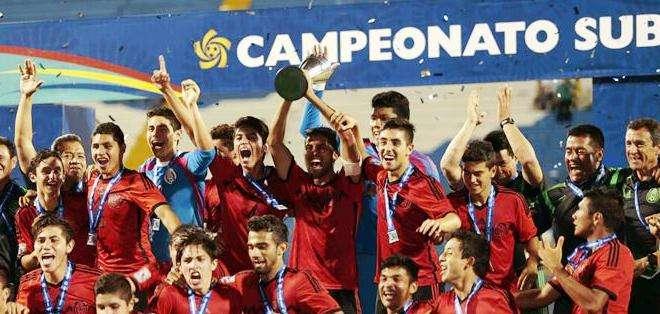 La selección mexicana de fútbol al momento de alzar el título (Foto: EFE)