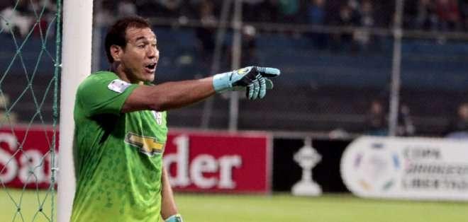 Azcona destaca en el arco de Independiente. Foto: API.