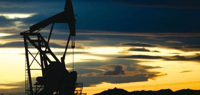 """Los precios del barril de """"light sweet crude"""" (WTI) para entrega en abril perdió 96 centavos."""