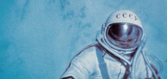 """Así describe Alexei Leonov su primera visión del espacio: """"Una oscuridad profunda, estrellas por todas partes y un sol que brillaba de modo insoportable""""."""