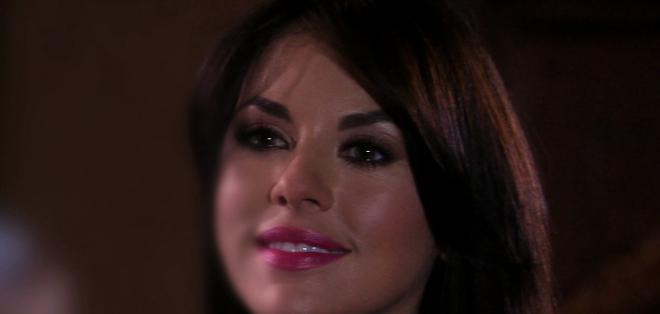 Elena piensa arriesgarlo todo con tal de conseguir sus macabros objetivos y acabar con Mónica.