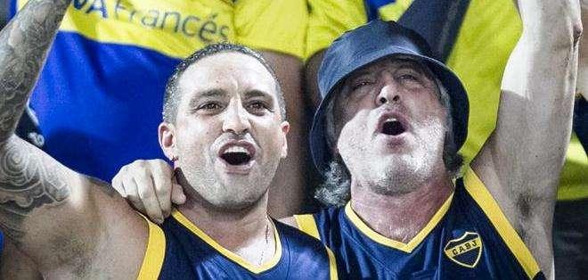 Dos de los muchos hinchas de Boca que alentaron a su equipo (Foto: EFE)
