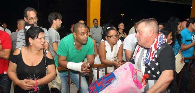CUBA.- Un vuelo llegó desde New Jersey con 130 pasajeros a la capital cubana. Fotos: EFE