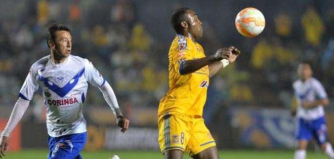Guerrón dominando el balón (Foto: EFE)