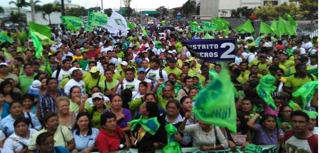 GUAYAQUIL.- Simpatizantes del régimen culminaron su periplo en el sur de la ciudad. Fotos: Twitter. Marcela Aguiñaga.