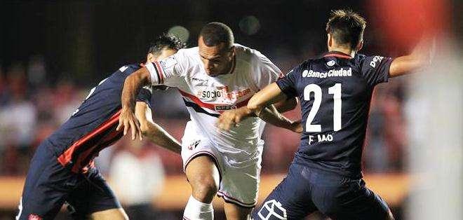 El jugador de Sao Paulo brasileño Luis Fabiano (c) disputa el balón con Mario Alberto Yepes (i) y Emmanuel Mas (d) del San Lorenzo (Foto: EFE)