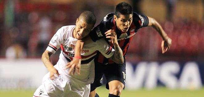 El jugador de Sao Paulo brasileño Bruno (d) disputa el balón con Pablo Barrientos (i) de San Lorenzo (Foto: EFE)